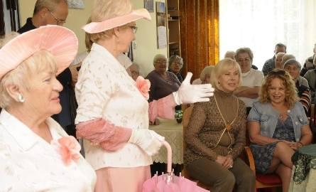 """Seniorzy pokazali, że wiek dla tańca nie ma znaczenia. Na zdjęciu w układzie tanecznym """"Champs Elysees""""."""