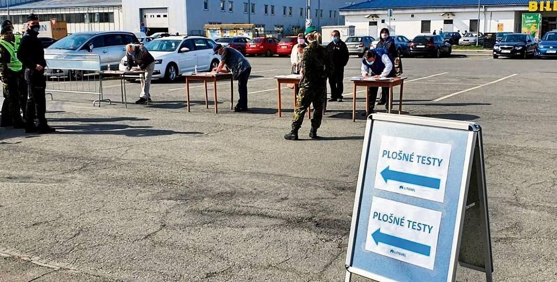 Akcja masowego testowania obywateli na Covid 19 - zdjęcie jeszcze z pierwszej, wiosennej fali epidemii w Czechach.