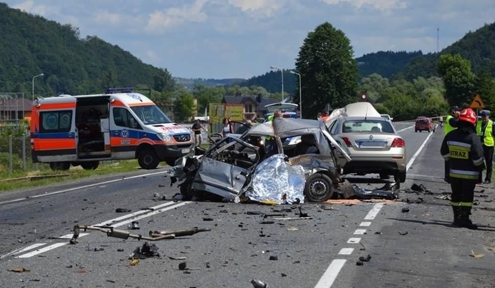 Film do artykułu: Łososina Dolna. Tragiczny wypadek, małżeństwo zginęło na drodze [ZDJĘCIA, WIDEO]