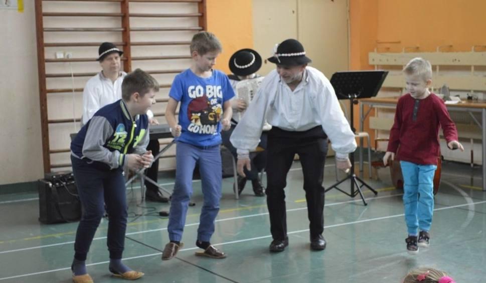 Film do artykułu: Kapela góralska wystąpiła w szkole w Pawłowie. Były wspólne śpiewy i tańce