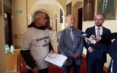 Działacz KOD Karol Słowiński  twierdzi, że na udostępnionym mu monitoringu z całą pewnością widać radnego Bogdana Dzakanowskiego.