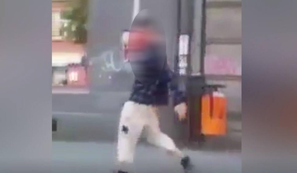 Film do artykułu: Mężczyzna szedł przez centrum Przemyśla i wymachiwał włączoną piłą mechaniczną [WIDEO INTERNAUTY]