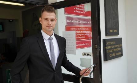 Adrian Świerzbiński zdawał we wtorek poprawkowy pisemny egzamin z matematyki. Choć dostał pracę od razu po szkole, podkreśla, że zdana matura to ważna
