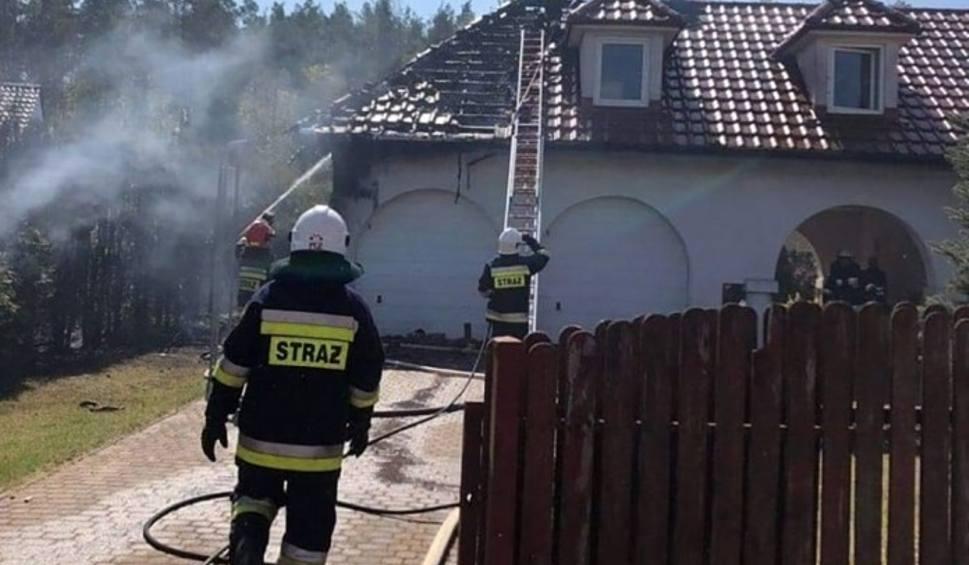 Film do artykułu: Pożar domu jednorodzinnego w Kłodawie koło Gorzowa. Na miejscu zdarzenia jest sześć wozów straży pożarnej