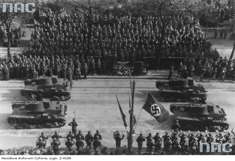 Defilada czołgów przed gubernatorem Hansem Frankiem i marszałkiem Wilhelmem Listem na ulicy Zwycięstwa (Aleje Ujazdowskie) w Warszawie z okazji pierwszej
