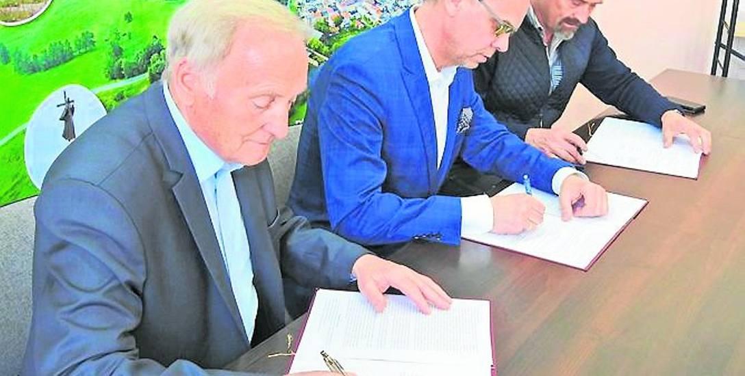 Umowę podpisali: Kazimierz Heidner (firma Matexim),  Marek Subalski (Budomal) oraz burmistrz Karlina Waldemar Miśko.