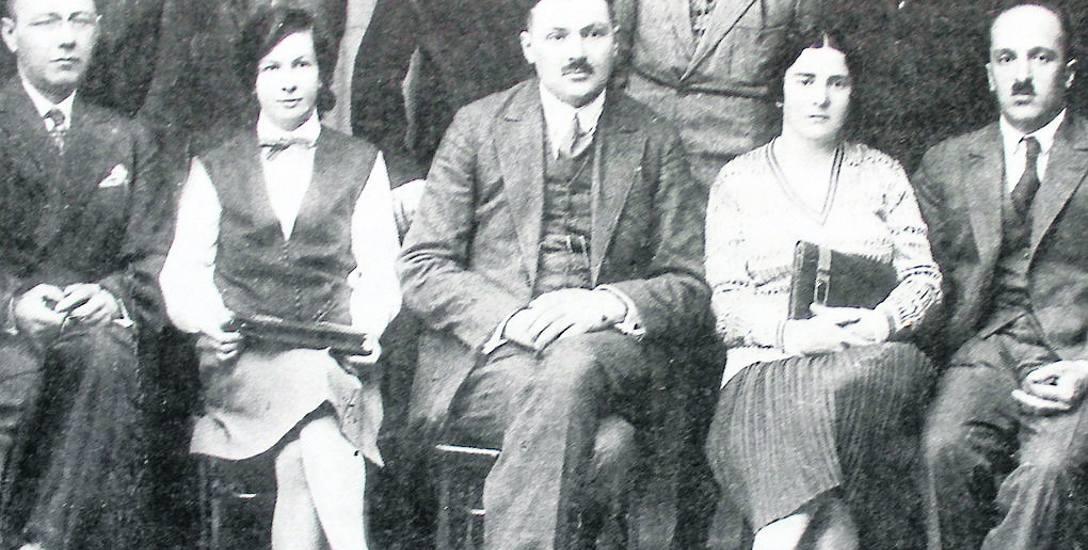 Kazimierz Piotrowski na zdjęciu z 1930 r. Stoi drugi z lewej wśród członków  zarządu Powiatowego Towarzystwa Opieki Społecznej (Z. Niedziałkowska, Ostrołęka.