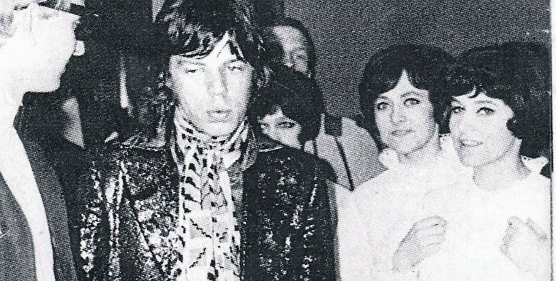 """Barbara Kupsowska (z prawej) oraz jej siostry z grupy """"Kefirki"""" w towarzystwie Micka Jaggera"""