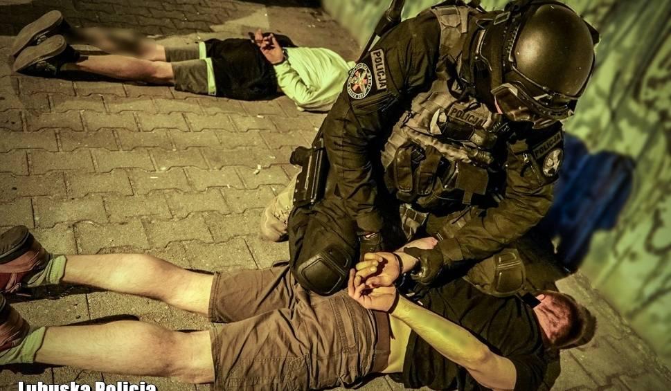 Film do artykułu: Lubuscy policjanci zatrzymali podejrzanych o poważne przestępców. Jeden z nich miał napadać przy użyciu maczety