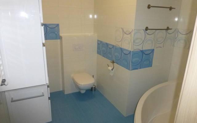 Łazienka w jasnych kolorach z elementami błękitnymi wydaje się większa niż jest w rzeczywistości.