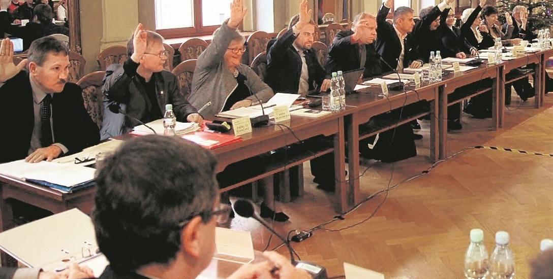 Większość poprawek do budżetu zgłosili radni PiS (w rzędzie po lewej). Na sesji są w stanie je przeforsować