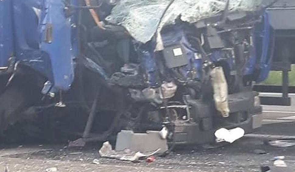Film do artykułu: Poważny wypadek w Olkuszu. Zderzyły się dwie ciężarówki i samochód osobowy [ZDJĘCIA]