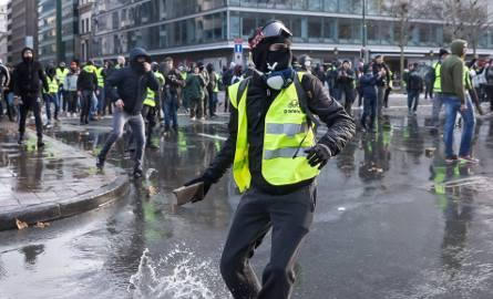 """Pozycja prezydenta Francji osłabła po protestach """"żółtych kamizelek"""". Czy realny jest jeszcze jego plan reform?"""
