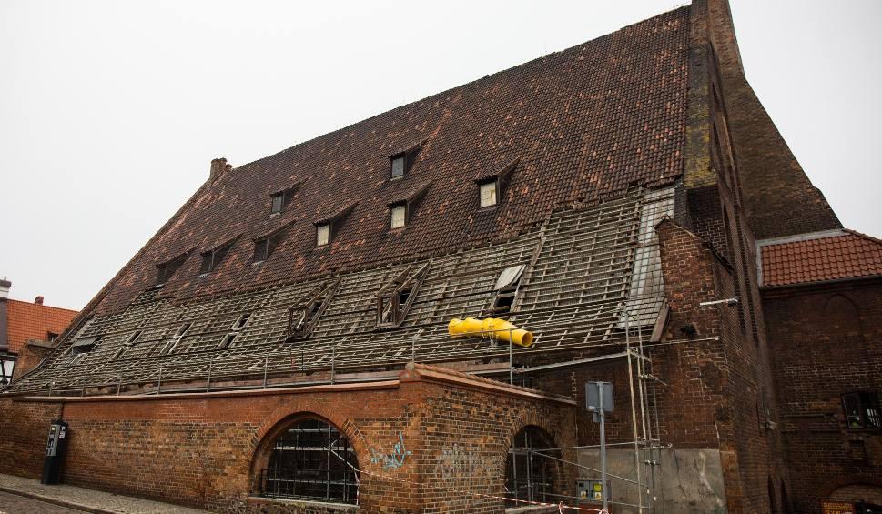 Film do artykułu: Remont Wielkiego Młyna w Gdańsku. Rozpoczęła się rozbiórka zabytkowego dachu. Powstaje tam nowa siedziba Muzeum Bursztynu