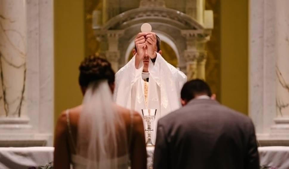Film do artykułu: Ślub kościelny: Duże zmiany w 2020 roku. Ksiądz wypyta o impotencję i zmianę płci. Może nawet zablokować zawarcie małżeństwa