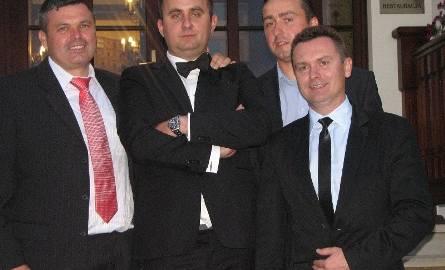 Na weselu Bartosz Mikosa (drugi z lewej) bawili się znani łucznicy - z lewej obecny trener Stelli Kielce Arkadiusz Ponikowski, olimpijczyk z Londynu