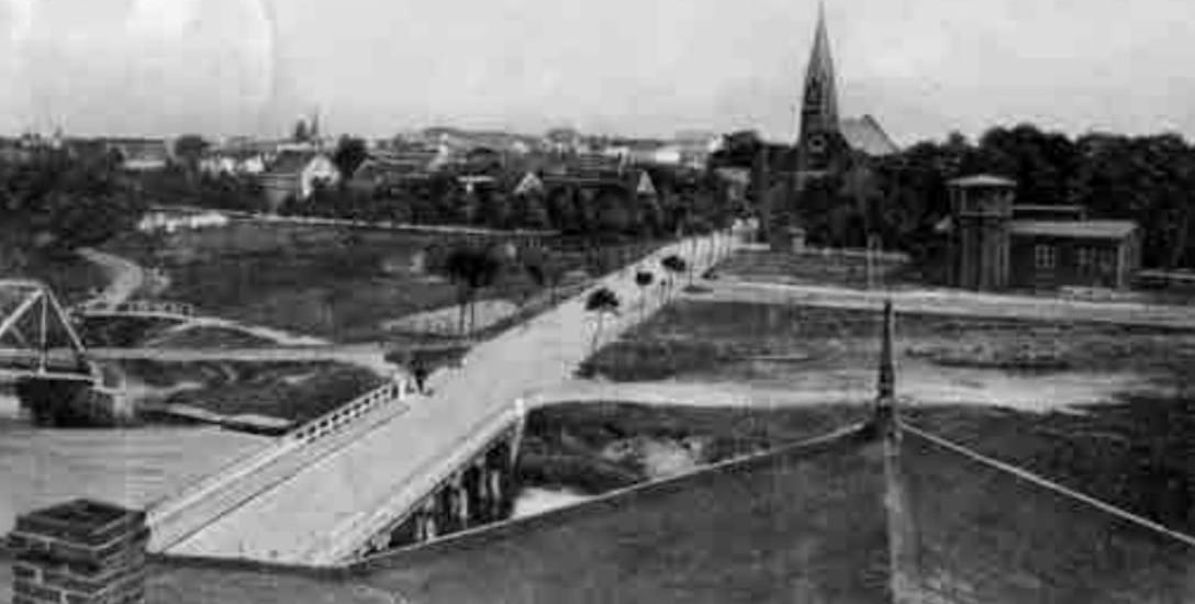 Tak wyglądała perełka wodnych wież kolejowych, gdy służyła mieszkańcom dawnej Ustki. Ciekawe jest również ówczesne rozwiązanie komunikacyjne wschód-