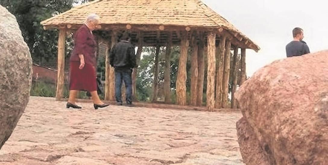 Na zdjęciu: zrekonstruowana świątynia z epoki kruszańskiej w Kruszy Zamkowej  obok domu opiekuna Krzysztofa Patera.