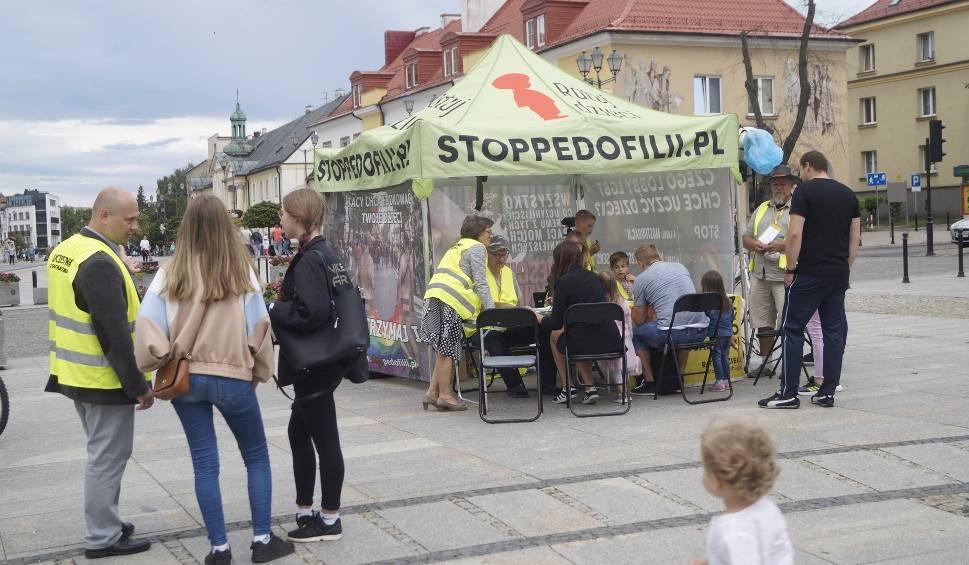 """Film do artykułu: Namiot """"Stop Pedofilii"""" w Białymstoku. Lobby LGBT chce uczyć 4-letnie dzieci masturbacji? Katarzyna Rosińska: To festiwal bzdur!"""