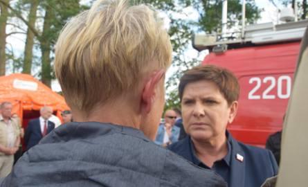 Premier Beata Szydło słucha relacji burmistrz Czerska Jolanty Fierek
