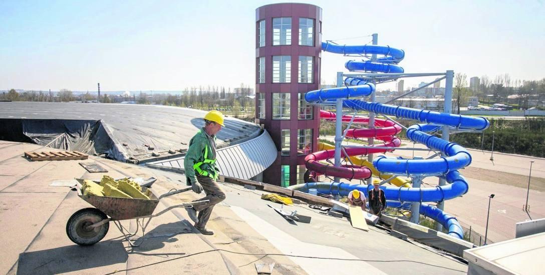 Słupski akwapark ma zostać otwarty 1 lipca. Dach jest już gotowy. Trwają prace wew. obiektu. Miejska spółka zarządzająca pływalnią rozpoczęła właśnie