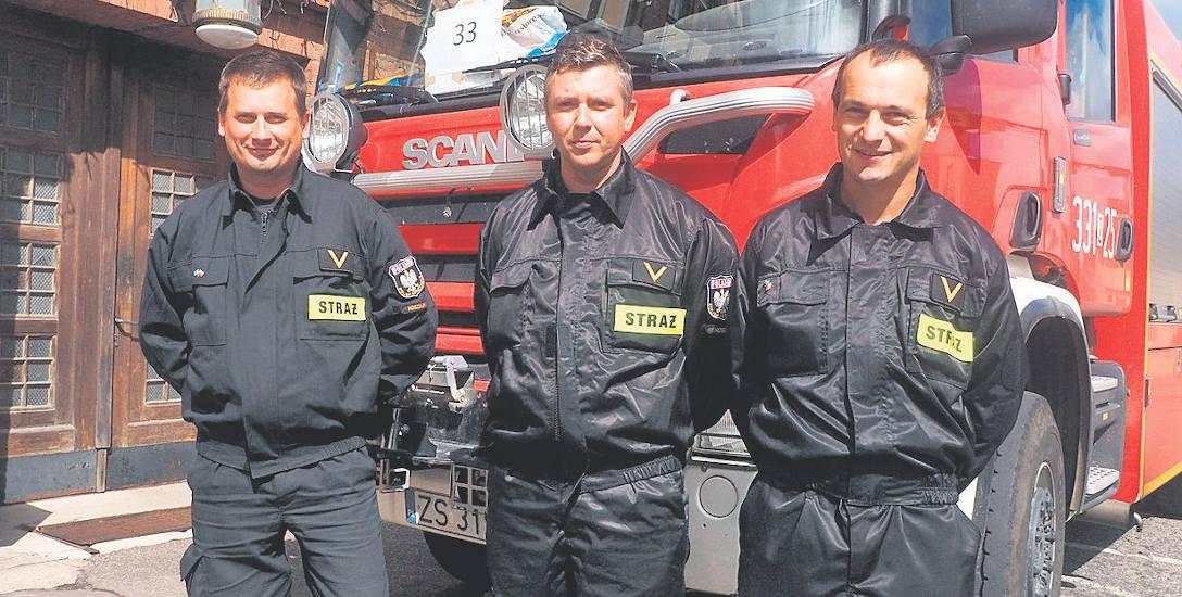 Od lewej: Krzysztof Roman, Adam Staniszewski, Przemysław Skoczylas z Koszalina pojechali walczyć z pożarami lasów w Szwecji. Swoją pracą pokazali, co