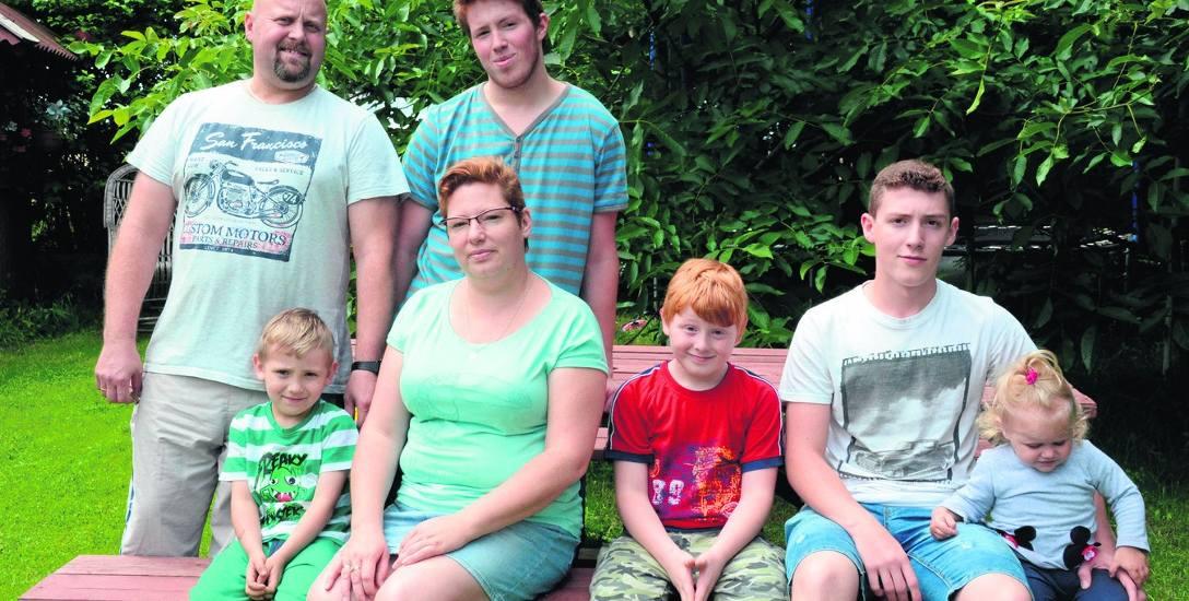 Rodzina w komplecie: Andrzej i Katarzyna Leśkiewiczowie z synami i z małą Pysią. Podwórko i przydomowy ogród dają rodzinie poczucie bezpieczeństwa i