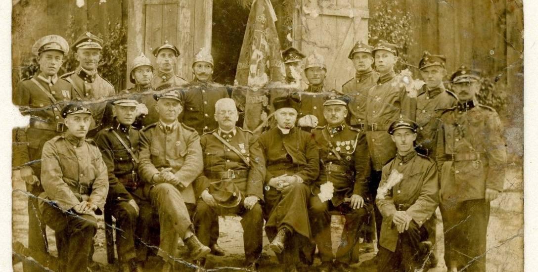 Zdjęcie zostało zrobione w 1930 roku. Józef Chyłkowski, pradziadek Justyny Prajs, trzyma sztandar, który przeleżał 70 lat pod dachem rodzinnego domu