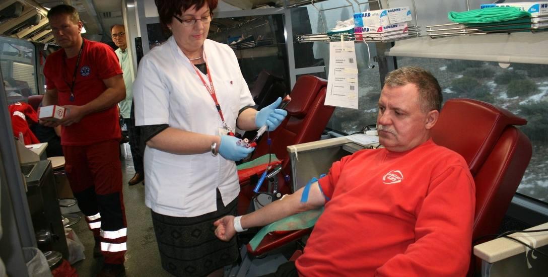 Krew oddaje Ryszard Siemionowski z Radziejowa, pobiera Barbara Waszak z włocławskiego oddziału RCKiK.