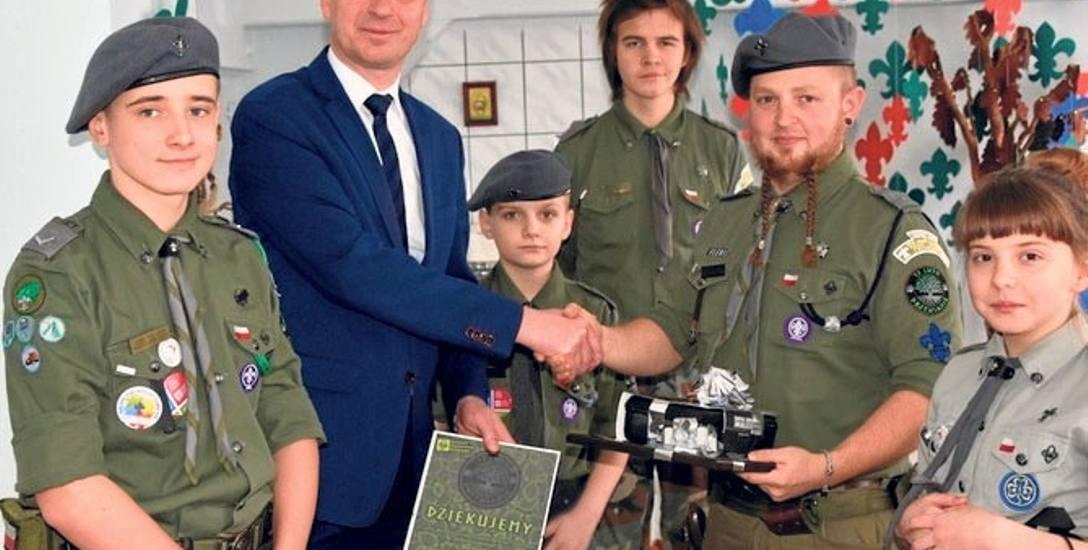 Gratulacje oraz zestaw radiotelefonów podarowały drużynie harcerskiej władze Sławna