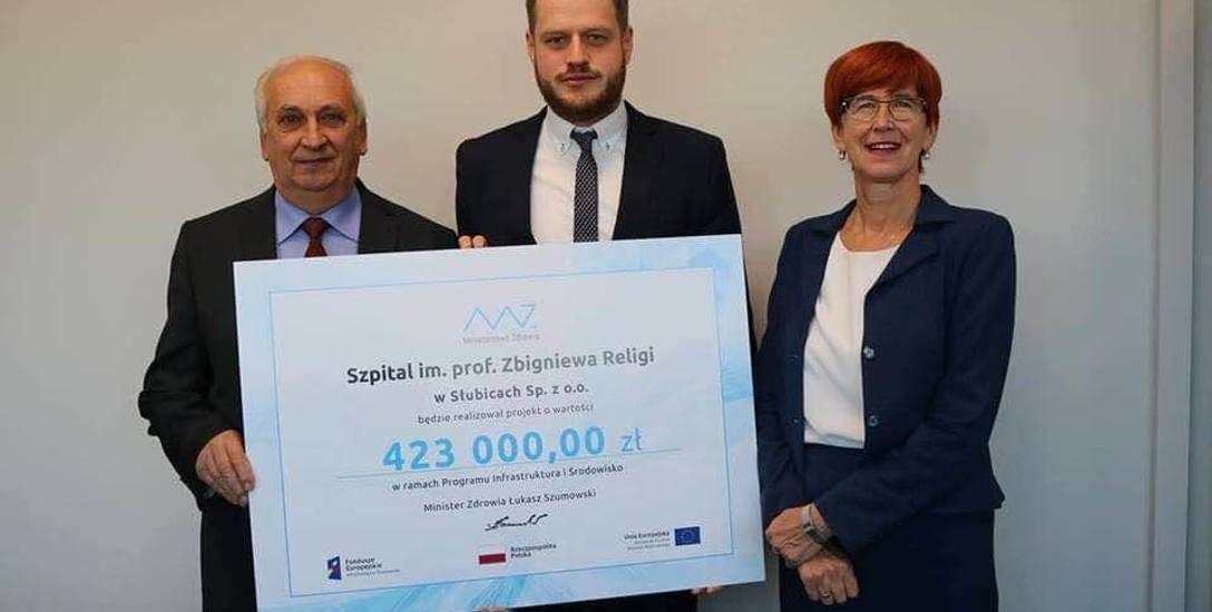 Na jednym ze zdjęć jest kandydat do sejmiku województwa Józef Stupienko,  który trzyma czek dla szpitala słubickiego w towarzystwie minister rodziny,