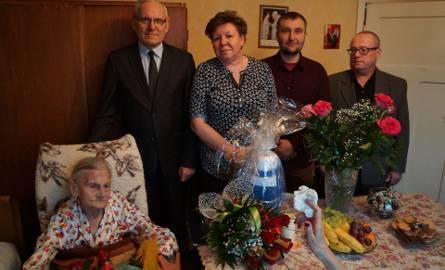 Jubilatka  w otoczeniu rodziny i gości