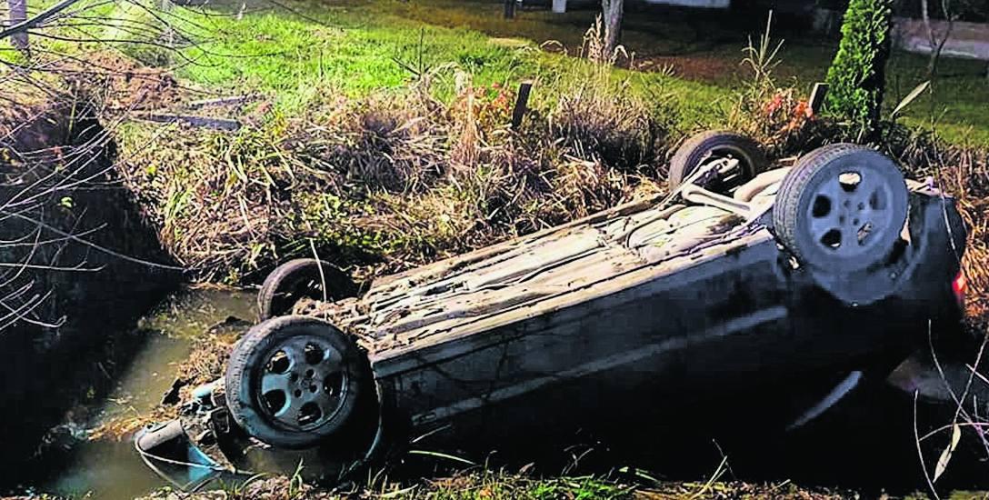 Wnętrze rozbitego samochodu zalewała woda. Bracia Ceglakowie wskoczyli do rowu, by wydostać uwięzioną w aucie kobietę.
