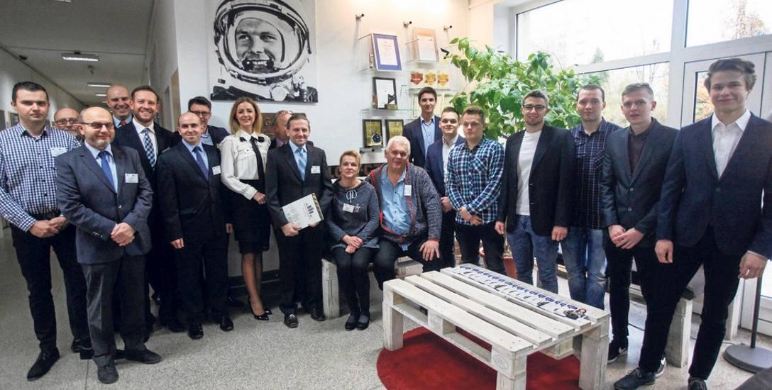 Państwo Iwona i Jacek Mikołajscy (siedzą) i Jacek Grabowski (tuż obok od lewej) są Wdzięczni Szkole za pomoc