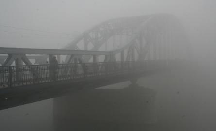 Warunki na drogach w najbliższym czasie będą trudne. Meteorolodzy zapowiadają mgły i opady śniegu, które będą ograniczały widoczność.