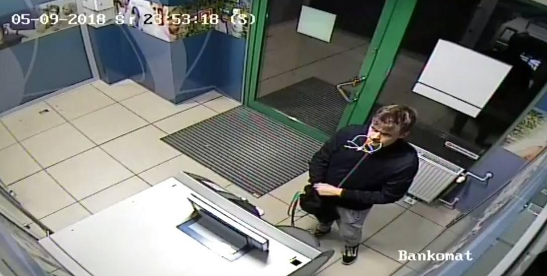 Do uszkodzenia tego bankomatu doszło 6 września tego roku przy ulicy Lelewela w Toruniu. Policja szuka sprawcy zarejestrowanego na zdjęciach