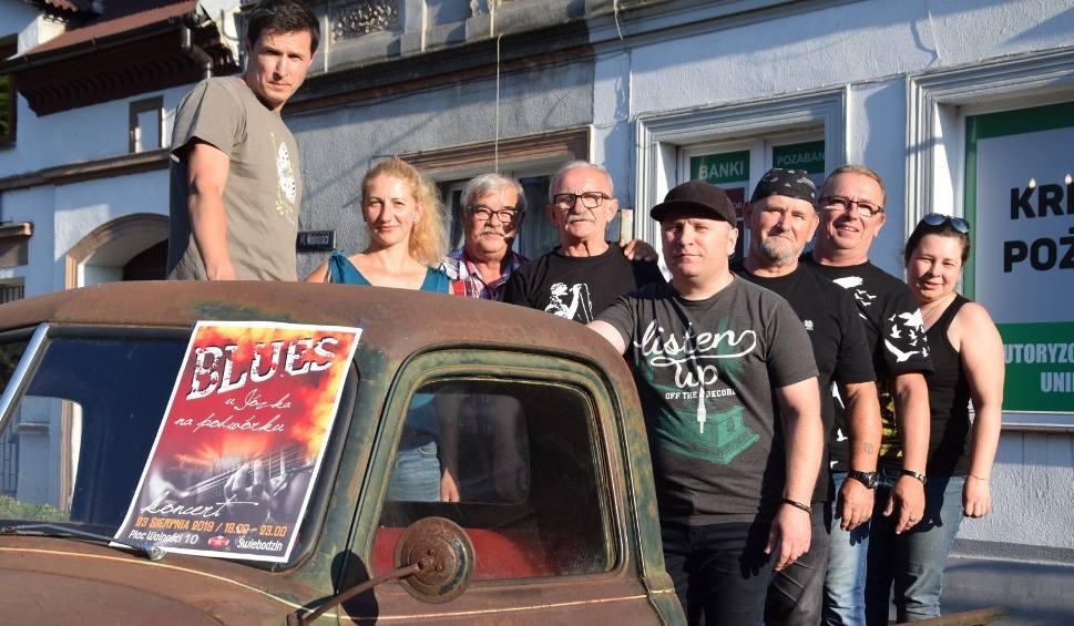 Film do artykułu: Świebodzin. Blues u Józka na podwórku: prosty pomysł na niezwykłe wydarzenie. 4 Grupa Biednych, Białe Kruki i stare auta