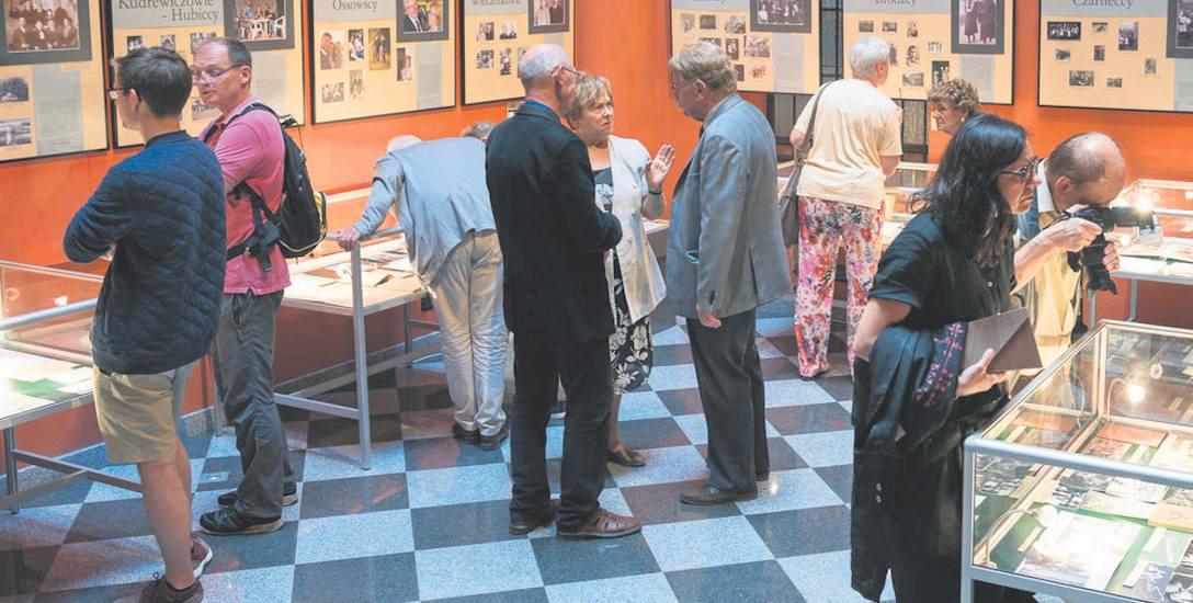 """Na wernisażu wystawy """"Drogi do Wrocławia"""" zebrały się rodziny, których losy ilustruje ta ekspozycja"""