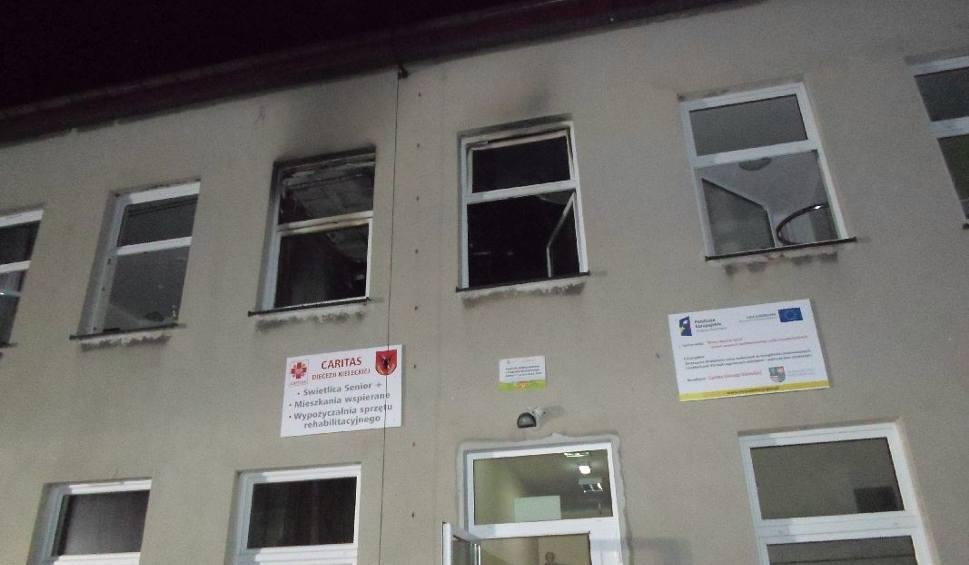 Film do artykułu: Nocny pożar w domu seniora w powiecie kazimierskim. Kilkanaście osób ewakuowanych