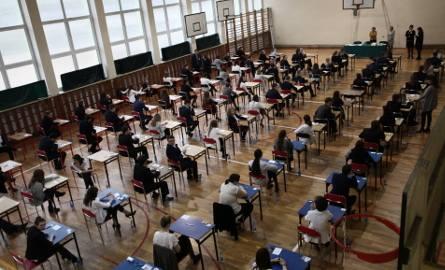 2,3 tys. tegorocznych absolwentów szkół z Łódzkiego nie zdało matury. Pechowcy mają szansę poprawić ją w sierpniu. Gdzie się można douczyć?