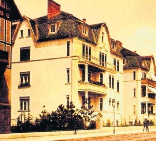 Przedwojenny widok na ul. Kochstrasse i budynek dzisiejszej komendy policji, zajęty w 1945 roku przez UB.