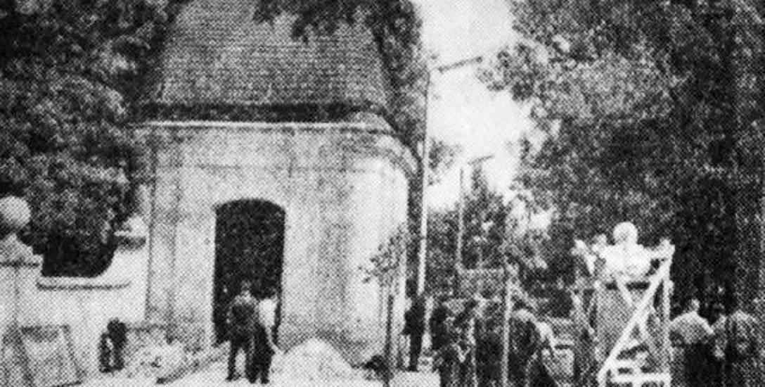 """Wyjście"""" pomnika B. Wesołowskiego z pracowni Stanisława Wakulińskiego. Fot. za Gazeta Białostocka 1961 r."""