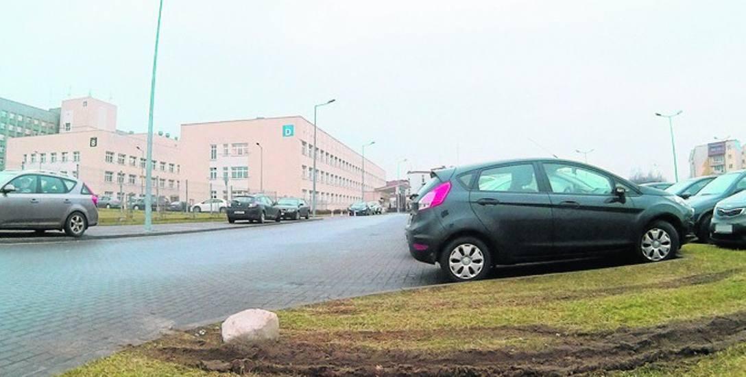Trawnik przed słupskim szpitalem jest regularnie rozjeżdżany przez zaparkowane tam pojazdy.