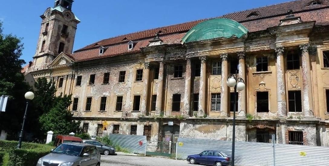 Zamek, który wraz z pałacem zaliczany jest do największych i najwspanialszych obiektów tego typu w naszej części Polski, ma za sobą imponujące i długie