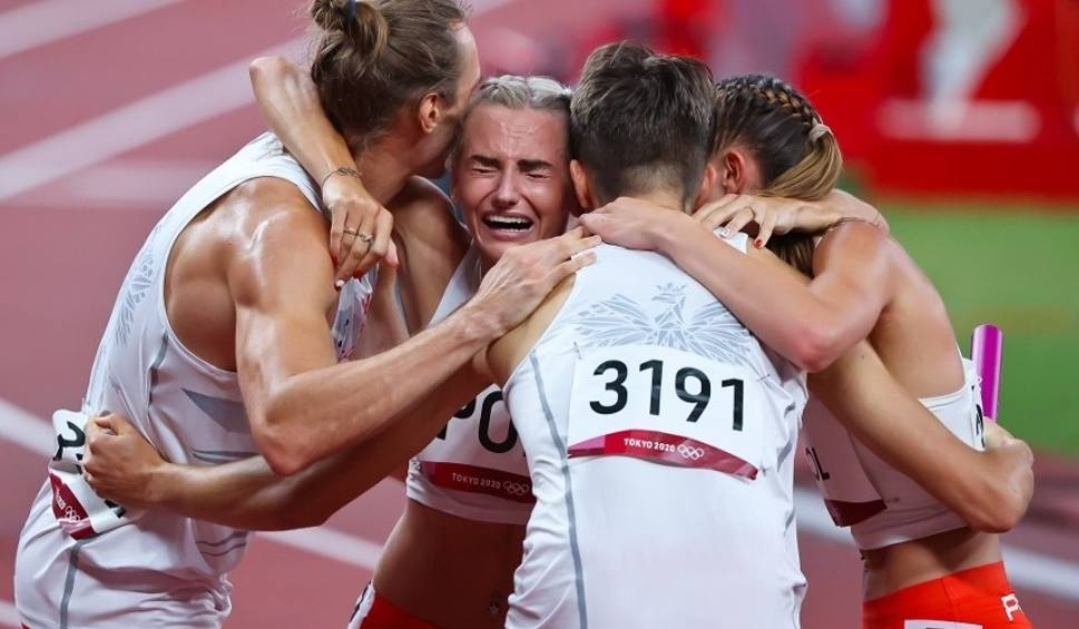 Film do artykułu: Złoto dla Polaków na Igrzyskach Olimpijskich 2020 w Tokio. Dwoje Ślązaków pobiegło w sztafecie mieszanej 4 razy 400 metrów