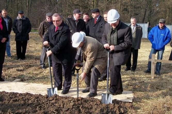 Dziś na placu budowy pierwszą łopatę wbił w ziemię marszałek Józef Sebesta. Kopali też m.in. przewodniczący Sejmiku Bogusław Wierdak, dyrektor Polbau Jan Mistur i wójt Bronisław Kurpiela