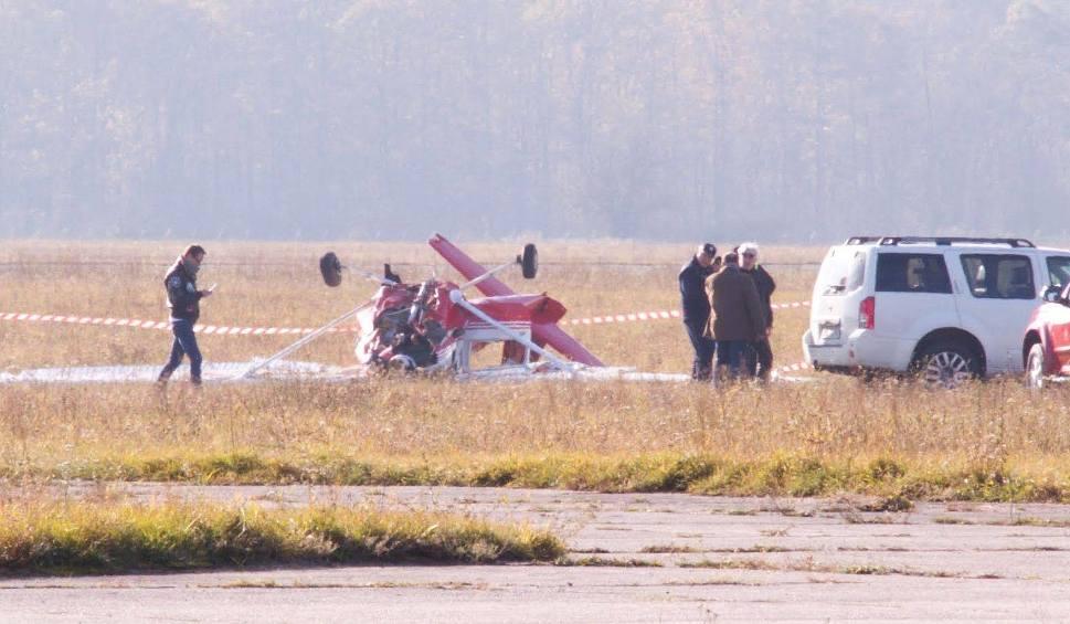 Film do artykułu: Wypadek samolotu na lotnisku w Kamieniu Śląskim. Awionetka miała awarię silnika. Twarde lądowanie maszyny, dwie osoby ranne
