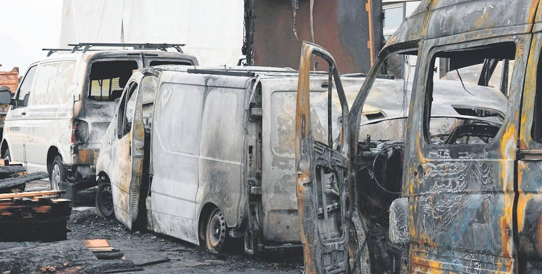Sprawca wybił szybę w samochodzie Renault Trafic, rozlał w aucie łatwopalną ciecz i ją podpalił. Od tego auta ogniem zajęły się inne pojazdy.