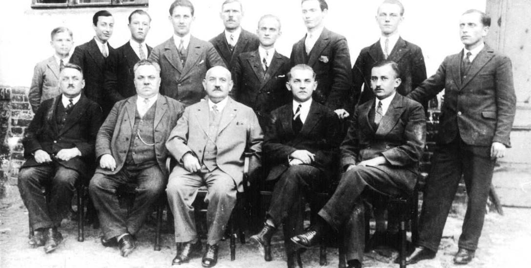 Pracownicy magistratu miasta Mogilna. W środku siedzi długoletni burmistrz Kazimierz Tyczewski.