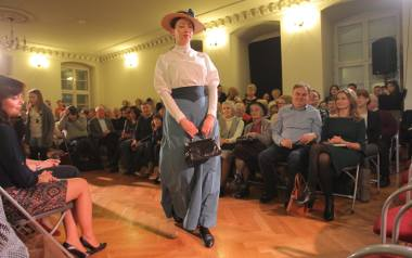 Pokaz mody XIX-wiecznej wzbudził spore zainteresowanie